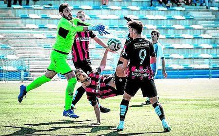 Leal, el mejor panadero, pelea el esférico con los ugienses José Mari, Horrillo y Acosta, autor del gol.