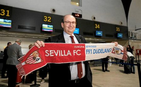 El presidente del Sevilla FC, José Castro, antes de partir a Luxemburgo.