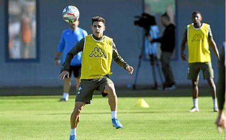 Álex Moreno en un entrenamiento con el Betis