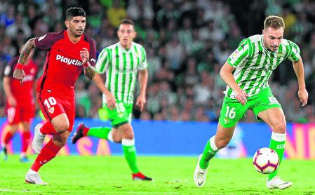 Banega persigue a Loren en el derbi de la pasada temporada en el Benito Villamarín.
