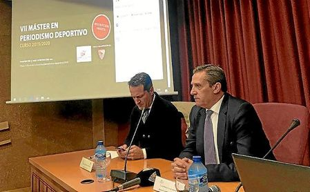 José María Cruz, director general del Sevilla, durante el acto en la Facultad de Comunicación.