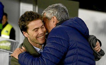 Quique Setién y Rubi se saludan antes del Betis -Espanyol de copa.