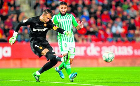 El bético Nabil Fekir presiona al portero del Mallorca Manolo Reina.