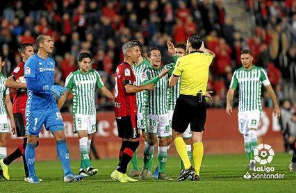 Joel protesta el penalti que Martínez Munuera señaló en contra del Betis.