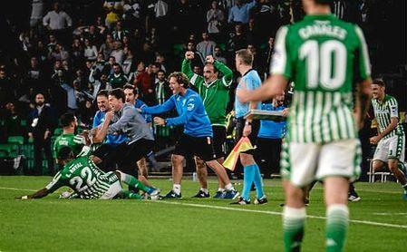 Fekir celebra el gol de la victoria ante el Celta con Rubi.