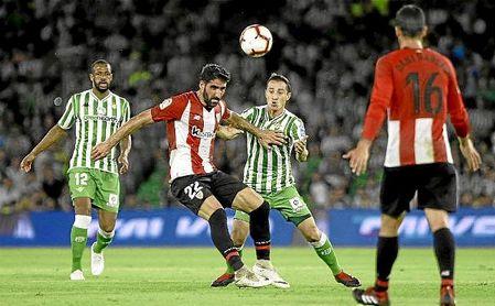 Guardado y Raúl García pugnan por el balón en el Betis-Athletic de la pasada temporada.