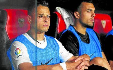 Chicharito Hernández se ha convertido en un habitual en el banquillo del Sevilla Fútbol Club de Julen Lopetegui en las últimas jornadas de LaLiga.