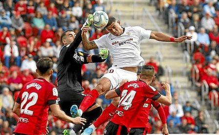 Diego Carlos, en la acción del 0-1 en Son Moix.