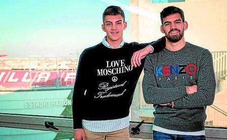 Ángel e Israel Puerto posan con el Sánchez-Pizjuán de fondo, dos jugadores con corazón sevillista que sueñan con llegar a la élite.