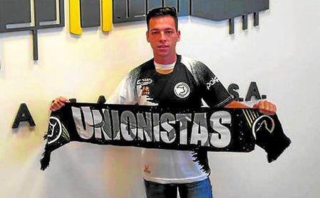 Álvaro Romero posa con la bufanda del Unionistas en su presentación.