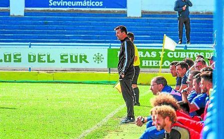 Juan Antonio Márquez 'Cachola'. técnico del Coria.