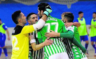 Los jugadores del Real Betis Futsal celebran uno de los goles de Emi Buendía, que anotó un doblete en el 3-2 ante el Ciudad de Móstoles.
