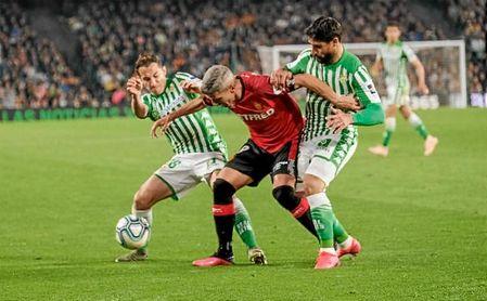 Guardado y Fekir presionan a Salva Sevilla.