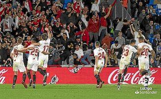 Los jugadores del Sevilla celebran el segundo gol, de Fernando, en el Coliseum.