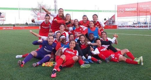 Las jugadoras sevillistas celebran el pase a semifinales en Matapiñonera.
