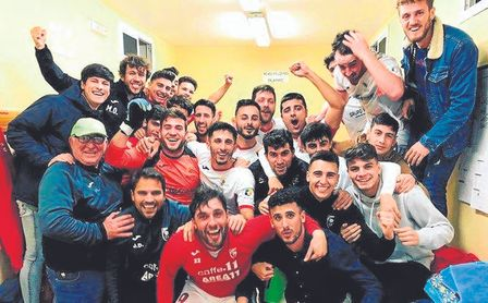 Los jugadores del Antoniano festejan la última victoria lograda ante el San Roque de Lepe (1-0) el pasado miércoles.