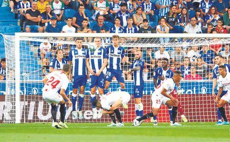 Jordán lanza una falta ante el Alavés que acabó en gol.