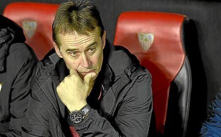 Lopetegui, en el banquillo del Sevilla en un partido de Liga.