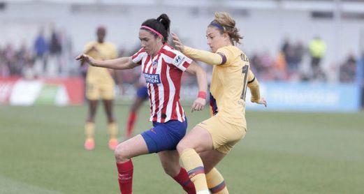 La centrocampista atlética pugna por un esférico con Alexia Putellas.