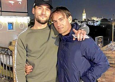 Nemanja Gudelj, junto a su padre por las calles de Sevilla.
