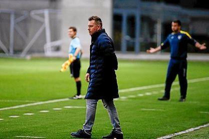 Manel Ruano, entrenador del Betis Deportivo, observa a sus jugadores durante un encuentro.