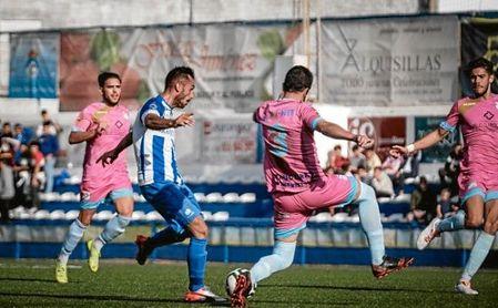 Alberto Vega golpea el esférico en un lance ante el Algabeño.