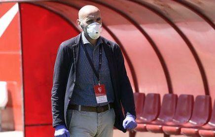 Monchi, con mascarilla y guantes en la ciudad deportiva del Sevilla F.C.