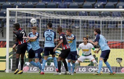 El Gladbach derrota al Eintracht y asciende al tercer lugar