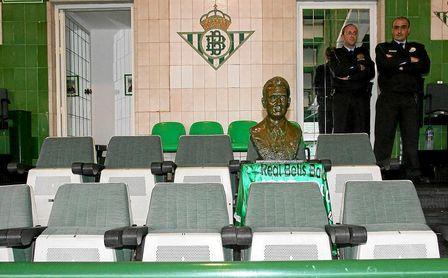 Imagen del busto de Lopera colocado en el palco para el derbi ante el Sevilla.