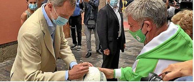 El momento en el que Felipe VI firma el balón del Betis.