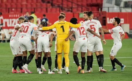 La afición del Sevilla cree que la plantilla es corta luchar por los puestos de Champions.