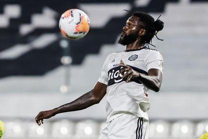 El Olimpia rescinde el contrato con Adebayor que sigue varado en Togo