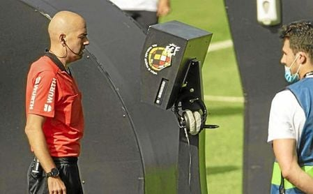 González Fuertes decidió no pitar penalti tras ver las imágenes.