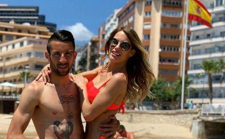 Mauricio Isla posa con su mujer, la modelo valenciana Galadriel Caldirola, en una playa española.