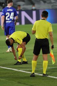 El árbitro Gil Manzano se lesiona tras un choque con Lucas Pérez