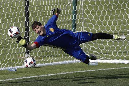 """""""Gracias"""" y """"obrigado"""", el reconocimiento a la leyenda Casillas"""