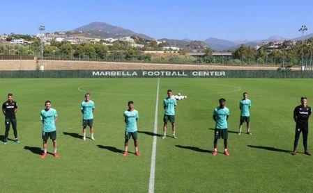 Los ocho jugadores del filial del Betis que hacen la pretemporada con Pellegrini posan en el Marbella Football Center.