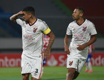 2-3. El Athletico Paranaense gana de remontada sobre la hora y es líder del grupo C