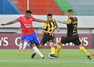 3-1. Wilstermann hunde a Peñarol y traba la lucha con Colo Colo en el Grupo C