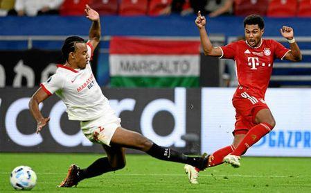 Koundé trata de frenar a Gnabry durante la Supercopa.