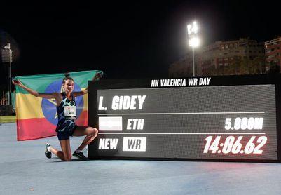 Gidey bate el récord del mundo de 5.000 metros en Valencia