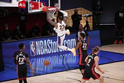 106-93. LeBron James y los Lakers ganan el título del COVID-19 en memoria de Kobe Bryant