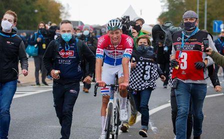 Van der Poel gana a Van Aert el mano a mano por el último monumento.
