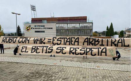 Protesta de la afición bética en la sede de la RFEF por el arbitraje ante la Real Sociedad
