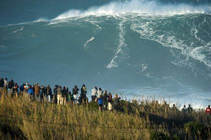Las olas gigantes de Nazaré desafían a la covid-19