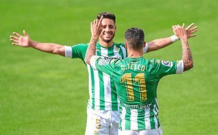 Álex Moreno, celebrando con Tello uno de sus goles.