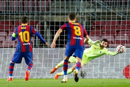 2-1. Un Barcelona apático sufre para derrotar al Dinamo de Kiev