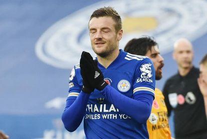 Vardy pone líder al Leicester