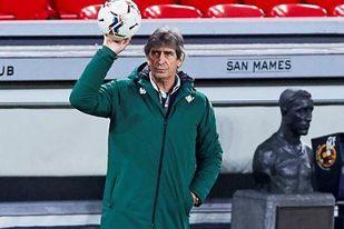 El entrenador del Betis, Manuel Pellegrini, dejó que su equipo se desangrara ayer en Bilbao.
