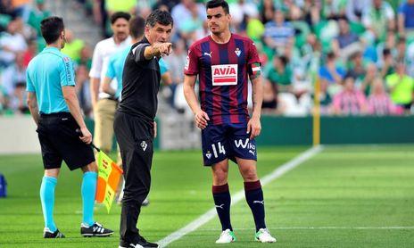 Mendilibar da instrucciones a Dani García en el Villamarín.